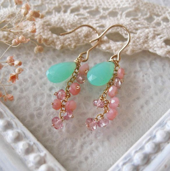 アップルグリーンが綺麗な宝石質クリソプレーズに小粒のピンクトルマリン、ピンクオパールをあしらった可愛らしい雰囲気のピアスです。イヤリング(ねじばね式)への変更...|ハンドメイド、手作り、手仕事品の通販・販売・購入ならCreema。