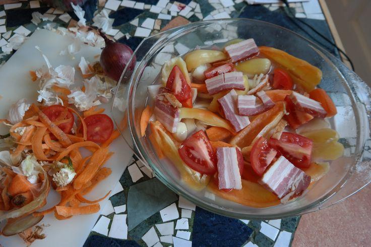 Rizzsel együtt párolt pulykamell. Zöldségekkel, szalonnával a tetején.