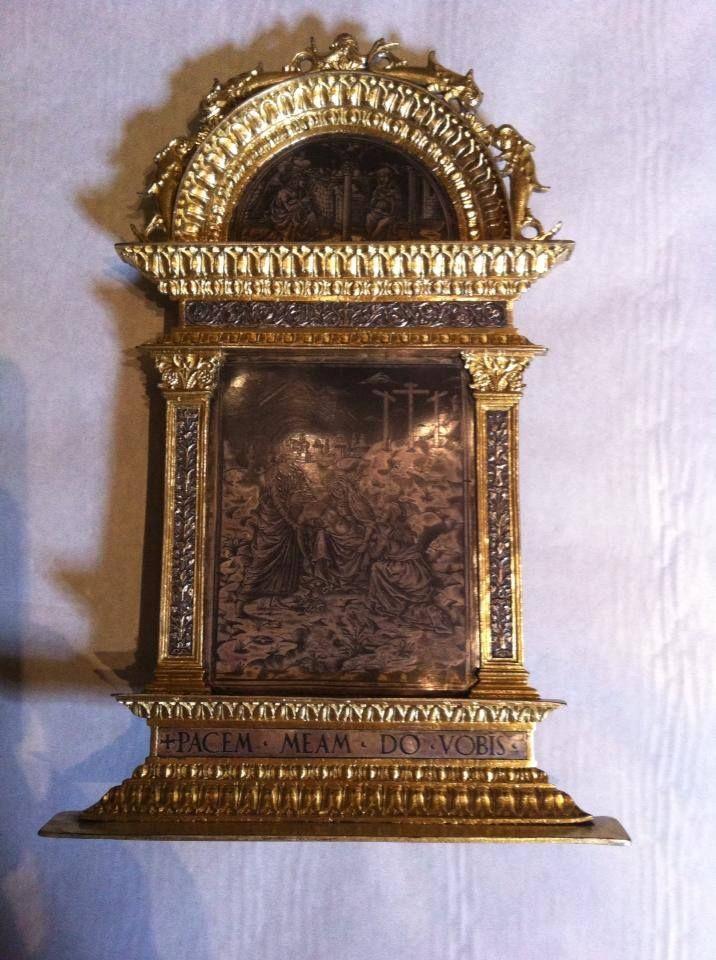La Pace di Rodengo viene estratta dalla grande vetrina che ospitava le oreficerie, nella prima sezione della mostra