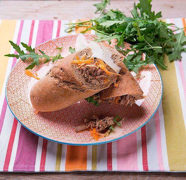 Σάντουιτς με χοιρινό και σαλάτα καρότο