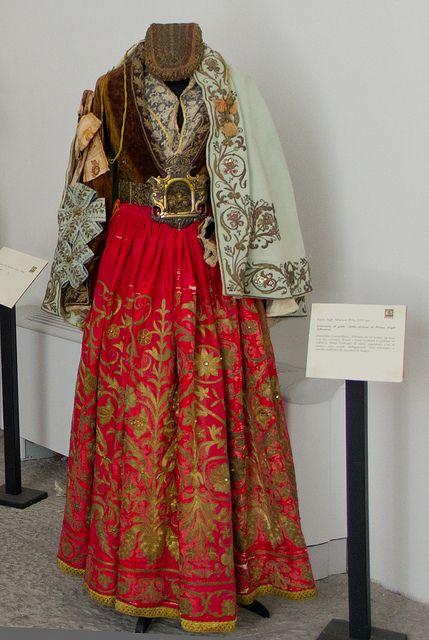 Costume di gala della donna di Piana degli Albanesi. Mandilina, Xhellona me tri kurore, Kulari e Pucet, Brezo. Museo etnografico Pitrè © gigi agostino