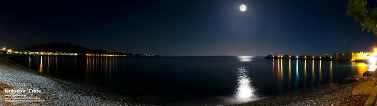 Full moon, sea, background of Ierapetra. Πανσέληνος, θάλασσα με φόντο την Ιεράπετρα . (CC-BY-SA 3.0)