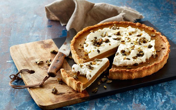 Græskartærte, også kaldet pumpkin pie, er en amerikansk dessertklassiker, der er tradition for at servere til halloween og thanksgiving. Græskartærten er fyldt med masser af dejlige krydderier og appelsin, som passer skønt til det søde græskar.