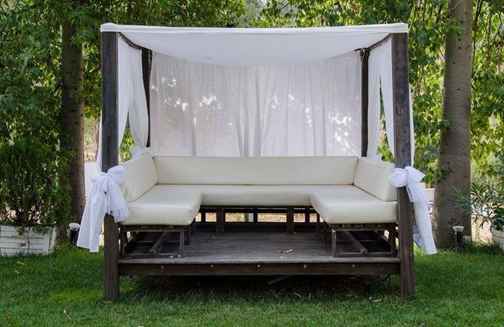 Merendero blanco con cortinas, decorado con flores. Perfecto para el champán #boda #diseño #decoración #decoration #weddings #bed #sofa #white #eventos http://victoriahidalgocatering.com/