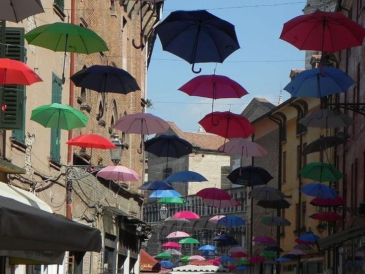 L'idea è venuta ai commercianti di via Mazzini, la centralissima strada dello shopping nel vecchio ghetto ebraico di Ferrara. Avevano visto installazioni simili ad Agueda, in Portogallo, e a Sciacca, in Sicilia. Così hanno deciso di riproporla nella città estense: un soffitto di