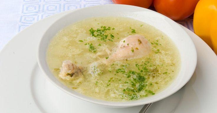 Cómo hervir un pollo entero. El pollo hervido provee la base para una variedad de recetas, desde ensaladas de pollo y guisos, a pasteles de pollo. Puedes utilizar el caldo que resulte para sopas, estofados o incluso para darle sabor a arroz y vegetales. Al hervir un pollo entero tendrás suficiente pollo para utilizar inmediatamente en un platillo y congelar el resto para ...
