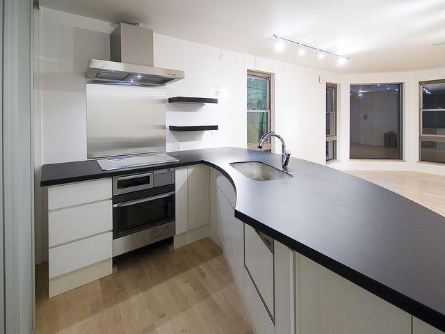 家の壁は直角だけではありません。どんな、形状のキッチンも出来ますよ。