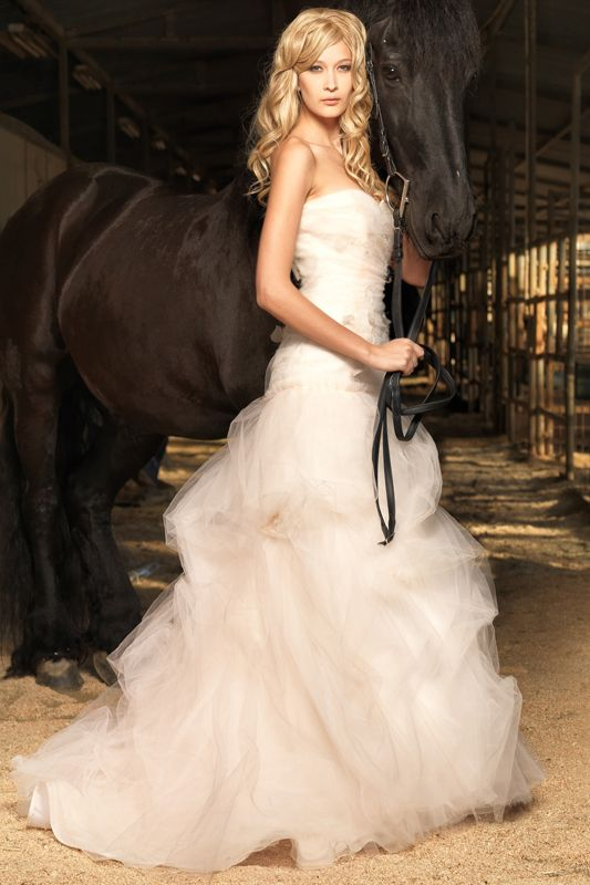 Posing with your horse for your wedding is so classic! This is a Jenny Lee wedding dress. #westernwedding #countrywedding