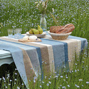 Une nappe en lin bleu - Marie Claire Idées