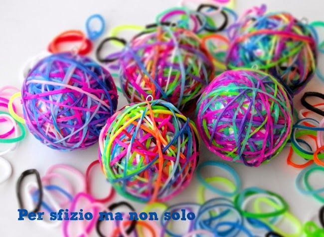 Riciclo creativo - come riutilizzare gli elastici o rainbow looms per fare delle originalissime palline di Natale