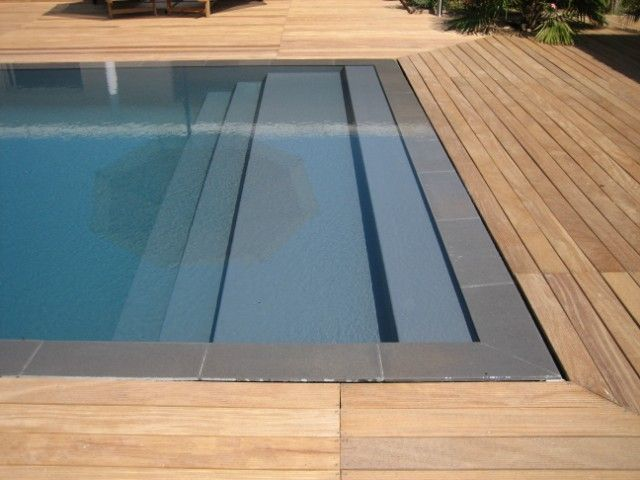 Plage escaliers piscine miroir avec terrasse en bois