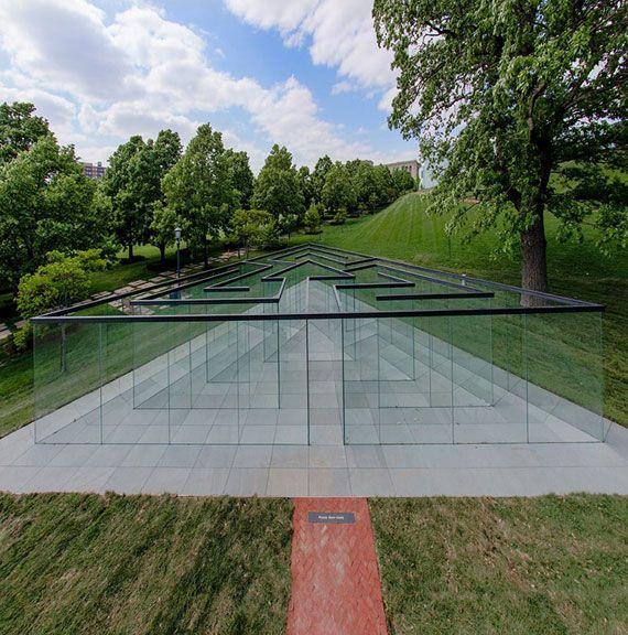 意外に難しい!?彫刻家ロバート・モリスが作った常識の盲点を突いたガラスの迷路