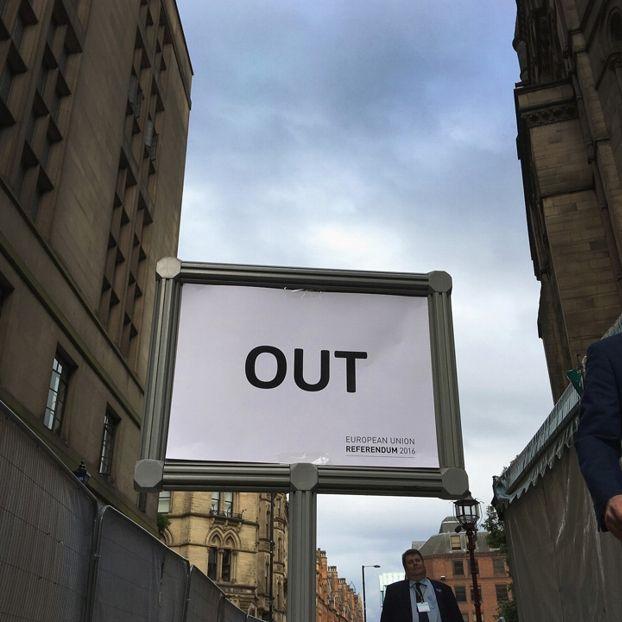 """Un cartello con scritto """"Fuori"""" davanti al municipio di Manchester, Inghilterra"""