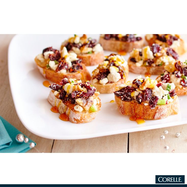 Este desayuno es delicioso, nutritivo y práctico. Presenta en tu vajilla CORELLE, rebanadas de pan con semillas acompañados de arándanos, fruta deshidratada, nueces y bañados con miel. #Corelle #TipWKcocina #vajilla