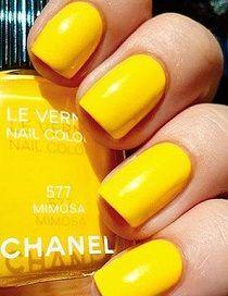 Un vernis jaune mimosa pour paraître plus bronzé #manucure #manucurejaune…