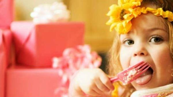 Saviez-vous que célébrer les anniversaires en soufflant des bougies plantées sur un gâteau est une tradition purement française ? chouettebox.com