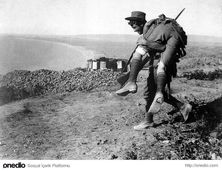 Bir Anzak askeri silah arkadaşını hastaneye taşırken, Çanakkale Savaşı, 1915