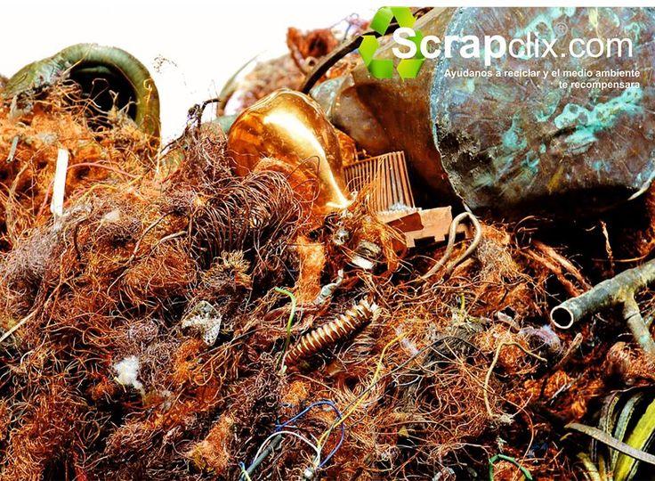 Scrapclix Informa , ¿En qué se usa el cobre reciclado? Al cobre para reciclar se le llama chatarra de cobre. Se clasifica y trabaja en plantas de reciclaje como es el caso de ScrapClix y por toneladas es vendida a las industrias para que lo empleen como materia prima en su proceso Para la fabricación de tuberías, láminas para techos, chips electrónicos, piezas de motores y transformadores, monedas. www.scrapclix.com
