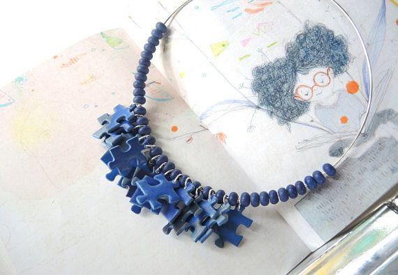 Collana girocollo in carta con pezzi di puzzles e perle in ceramica blu