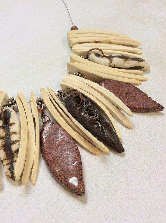 Collana stile tribale. Collana... Bastoni di cocco, gocce di ceramica, rame perline.