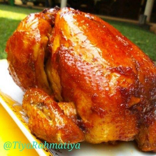 Ayam panggang Ayam Panggang Kecap Bahan : 1 ekor ayam organik, buang kepala dan kakinya 1 buah jeruk nipis, ambil airnya 2 sdm minyak zaitun 1 batang serai, ambil bagian putih, memarkan 1 cm lengkuas, memarkan 2 lembar daun salam 3 lembar daun jeruk, sobek-sobek 350 ml air 2 sdm kecap manis 1 sdt merica bubuk 1 sdt garam 1/2 sdt gula pasir Bumbu halus: 6 siung bawang putih 5 siung bawang merah 4 butir kemiri, sangrai Bumbu oles, aduk rata: 3 sdm kecap manis 50 gr nanas parut 2 sdm minyak…