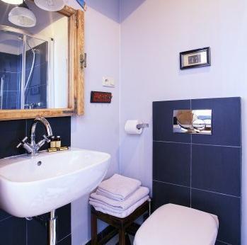 Studio 16A - Antique Apartments   Apartamentet er fullt møblert, har bad og kjøkkenkrok. Et koselig studio leligheten i andre etasje i en gammel bygård ved Plac Szczepanski, ca. 50 m fra det gamle torget.  Studio leilighet: dobbeltseng  (kan deles i to separate senger), kjøkkenkrok, spisebord, mikrobølgeovn, kjøleskap. Bad: dusj, hårføner. Tilleggsinnredning: trådløst internett, satellitt-TV, strykejern.