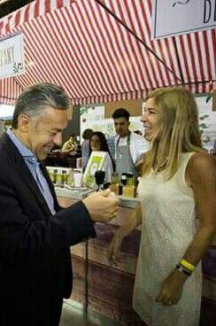 Gobernador Mendoza recibe perfume malbec de Aromas del Vino