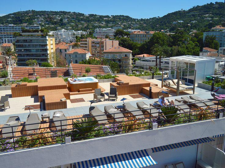 Toit terrasse hôtel à Cannes. Nous avons mis en place la partie paysager de ce toit terrasse. Une ambiance zen et chaleureuse dans un univers moderne et contemporain.