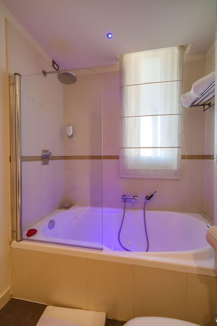Vasca o doccia? Il bagno privato di questa camera al Blu Suite lascerà a voi la scelta!