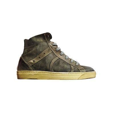 Sneakers alta Playhat in mordiba pelle effetto used. Tinta unita con stringhe e punta arrotondata. Impunture a vista e suola di gomma sfumata. 100% Made in Italy.