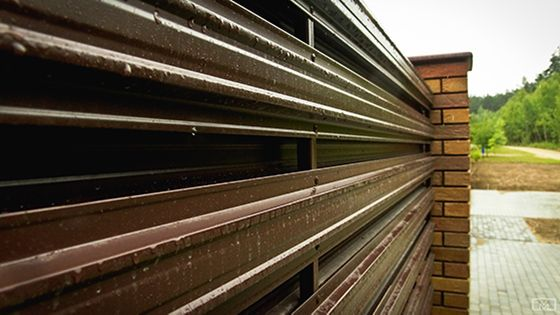 Горизонтальный забор из металлического штакетника и Евроштакетника под дерево купить в Саратове: фото и цены