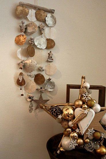 Handgefertigtes, weihnachtliches Windspiel in Gold und Silber