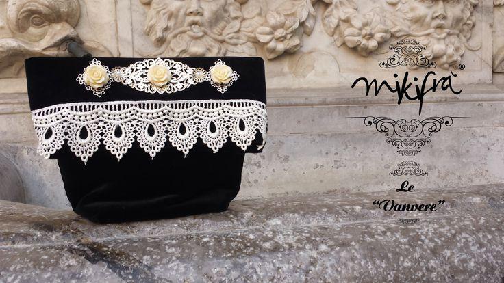 """Pochette. Le Vanvere di Mikifrà """"Addolorata"""" , Mini Bag da evento in velluto nero, filigrane argento, rose in resina avorio e macramè."""