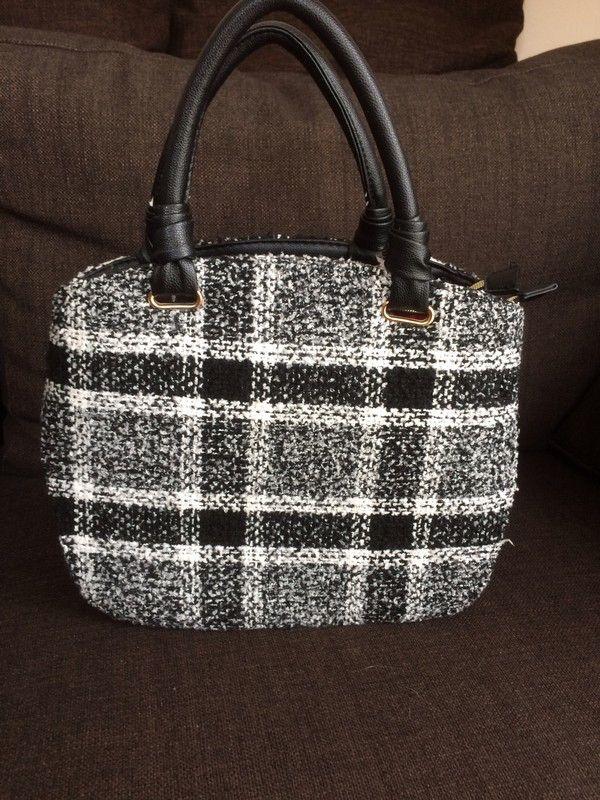 Mein Handtasche schwarz-weiß-grau  von ! Größe  für 10,00 €. Sieh´s dir an: http://www.kleiderkreisel.de/damentaschen-and-rucksacke/handtaschen/152026276-handtasche-schwarz-weiss-grau.