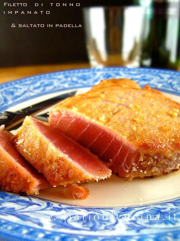 Ricetta filetto di tonno in padella. La panatura è fatta con il pan carré sfarinato aromatizzato alle mandorle. Una breve cottura (1 minuto per lato) e la cena è servita.