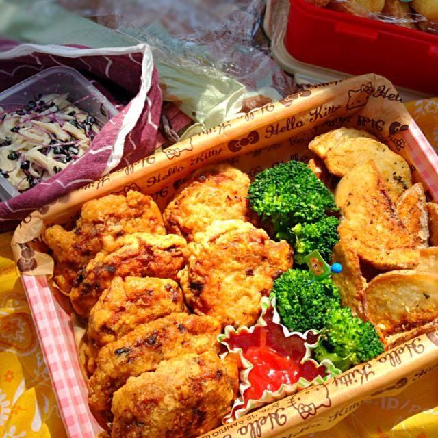 見た目は悪いけど 美味しかったーって好評いただきました♡  れんこんチキンナゲットは、れんこんすりおろしが入ってます。冷めても美味しかった! 女三人のピクニックさいこー٩(๑❛ᴗ❛๑)۶ - 31件のもぐもぐ - ピクニック✳︎揚げ物担当✳︎れんこんチキンナゲット&フライドポテト by kumico728