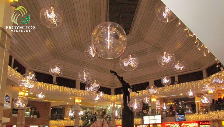 Decoración e iluminación de vacíos. Esferas en acrílico decoradas en su interior, con notas musicales elaboradas en estructura metálica bordeadas con manguera  de color blanco cálido y blanco frio.