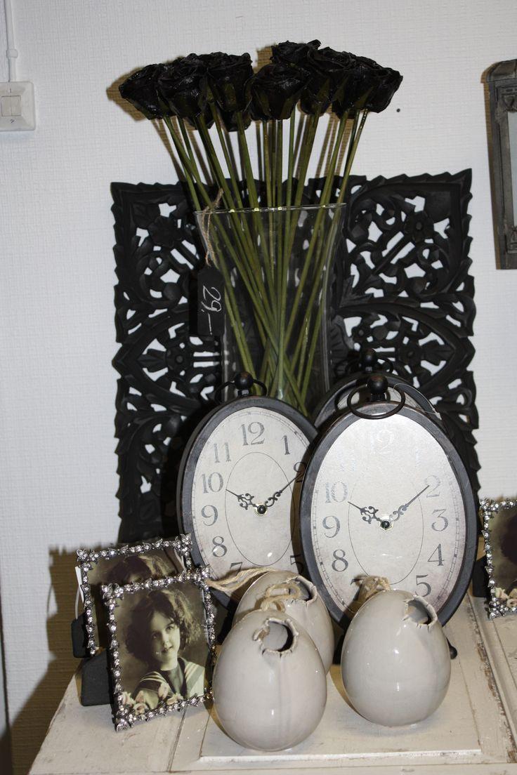 Klockor, ägg, foto ram, svarta vaxroser, tavla alt insynsskydd.