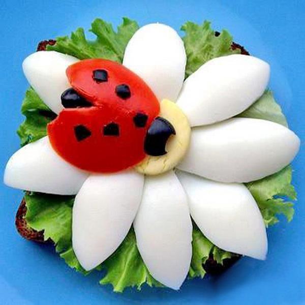 Flor : Ovos cozidos, joaninha : tomate cereja e azeitonas
