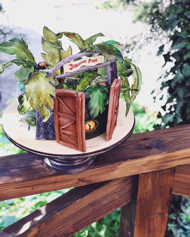 А за листвой торт спрятался :) добро пожаловать в парк Юрского периода 🙈 #melissacake #jurassicparkcake