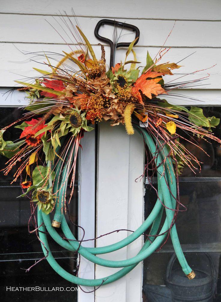 okay this is cute: Gardens Hose, Hooks, Gardens Ideasoutdoor, Hose Wreaths, Water Hose, Gardens Art, Fall Wreaths, Outdoor Gardens, Autumn Wreaths