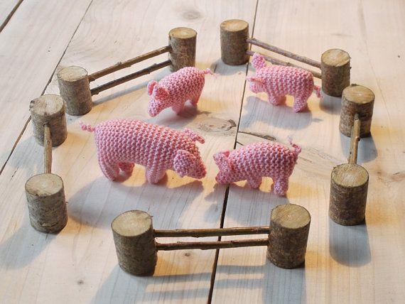 Famille de cochons en laine et l'enclos de bois par MainsDeLaine