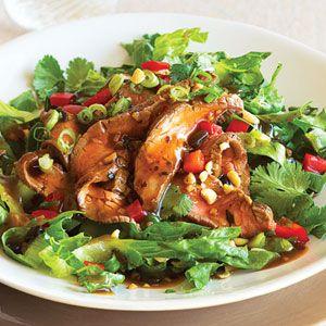 Biftek Salatası, et yemekten vazgeçemeyenler için hafif lezzetlerden birisidir. Salata ile dengeleyebileceğiniz Biftek Salatasını afiyetle yiyebilirsiniz.   Malzemeleri:  Yarım kilo biftek Marul ve maydanoz 2 adet domates, salatalık ve