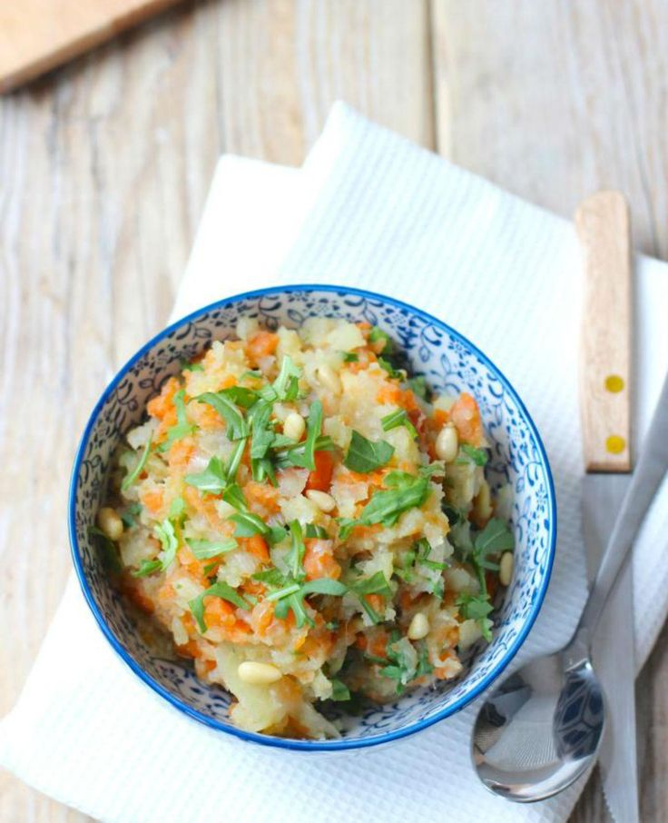 Hutspot met zoete aardappel. Deze lekkere stamppot met zoete aardappel en winterpenen zet je snel en makkelijk op tafel!