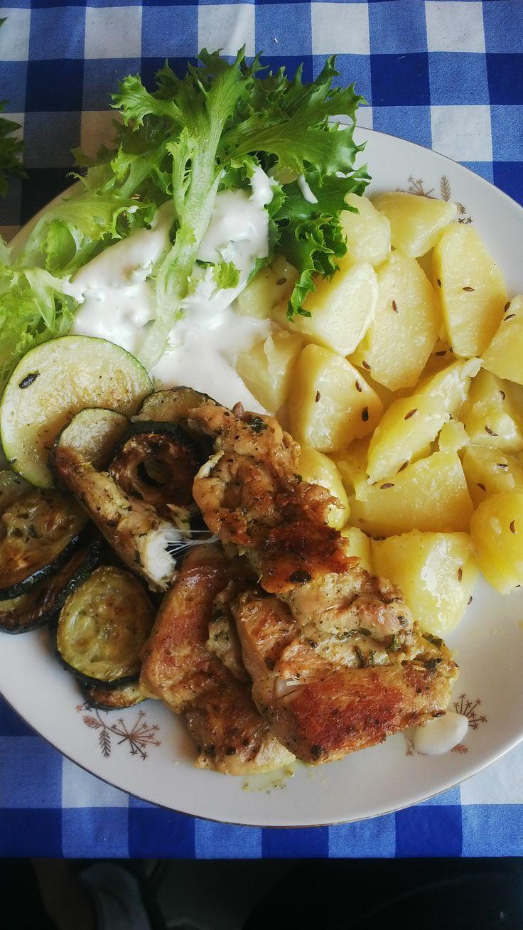 Grilované kuřecí prsa, cuketa a brambory. Česnekový dressing a salát. Brambory vařte dopředu s kmínem, který z nich uvolňuje nepříznivé látky. Vývar se dá v extrémech pít na zažívání.