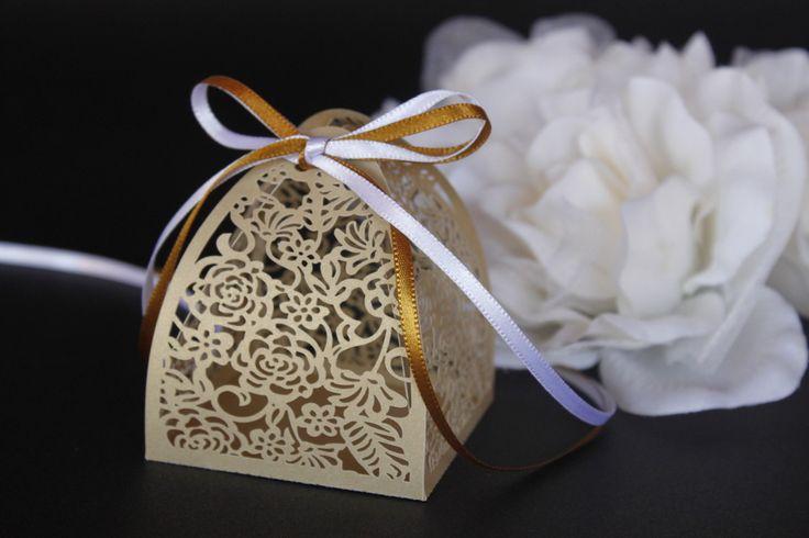 PEDIDO MINIMO DE 30 UNIDADES <br> <br>Ideal para pequenos bolos, amêndoas, chocolates, castanhas, trufas, confetes, jujubas, doces ou balas sortidas e o que sua criatividade mandar. <br> <br>Tamanho da base: 6,3 x 6,3 cm <br> <br>Caixinha de papel gramatura alta, em papel dourado perolado. Acompanha fita de cetim de 7mm.