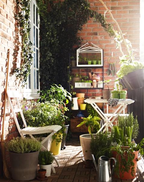 Tunnelmallinen parvekepuutarha. / A balcony  garden full of feeling. Pinned from another user.