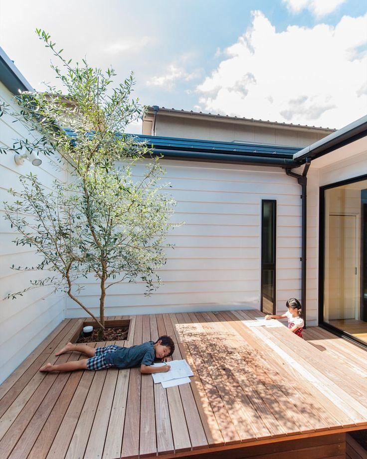 宿題を中庭でやるっていう贅沢な暮らし。 でも、ここで集中できるのかはわからない(笑) できるだけ安く、お金をかけずにかっこよく。 #グランハウス#設計事務所#岐阜#ゆとりある育児 #中庭#中庭のある家#ウッドデッキ#いい天気#平屋 #狭小#狭小住宅#明るい家#夏休み#ガルバリウム #中庭に白を使って反射光狙い#ちょっとしたコツ #キッズモデル#明るいリビング#間取り#注文住宅 #贅沢な暮らし#住宅設計#シンボルツリー#オリーブの木