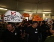 Proteste di docenti e genitori, interrotto il dibattito con il ministro Giannini