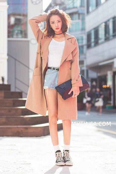 Outfit crop top blanco+short jean+chaqueta nude+cartera de mano azul